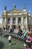 在歌剧和芭蕾剧院的喷泉  免版税库存图片