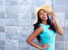 有太阳帽子的愉快的微笑的少妇 库存照片