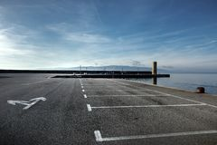 在海的空的停车场 免版税图库摄影