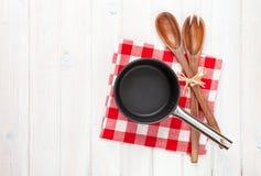 Утварь кухни над белой предпосылкой деревянного стола Стоковое Изображение