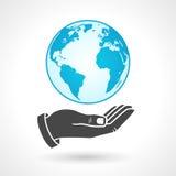 举行地球地球标志的手 库存照片