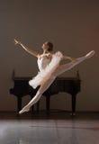 跃迁的芭蕾舞女演员 库存图片