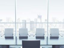 与桌和椅子的办公室内部 免版税库存照片
