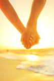 Пары в влюбленности держа руки - счастливое отношение Стоковое Изображение RF