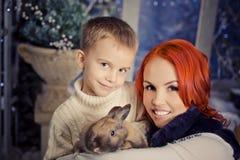 红色朝向的母亲和儿子使用 图库摄影