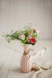 Λουλούδια άνοιξη στο ρόδινο βάζο στο άσπρο υπόβαθρο Στοκ εικόνες με δικαίωμα ελεύθερης χρήσης