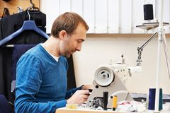男性裁缝在工作 免版税库存照片