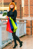 有购物袋的好女孩 免版税库存照片