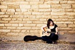 演奏街道的艺术家吉他 免版税库存图片