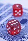 Красные косточки на играя карточках Стоковая Фотография