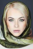 围巾的美丽的白肤金发的妇女 冬天秀丽女孩 经典俄国样式 库存照片