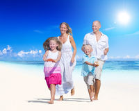 夏天海滩家庭乐趣 免版税库存图片