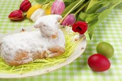 背景蓝色蛋糕复活节羊羔 库存照片