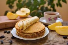 热的薄煎饼、芬芳茶和果酱 图库摄影