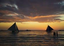 日落和帆船在热带白色海滩在博拉凯菲尔 免版税库存照片