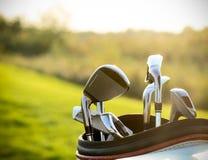 在绿色领域背景的高尔夫俱乐部司机 免版税库存照片