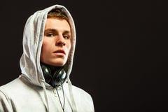 Όμορφο άτομο με τα ακουστικά που ακούει τη μουσική Στοκ εικόνα με δικαίωμα ελεύθερης χρήσης
