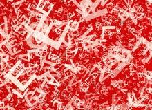 在红色背景的许多抽象混乱白色字母表信件 免版税库存图片
