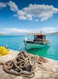 渔船在离克利特的附近海岸有海洋绳索和钓鱼的 免版税库存图片