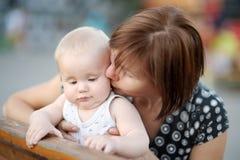 美好的中部变老了妇女和她可爱的矮小的孙子 免版税库存照片