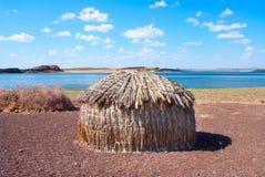 传统非洲小屋,图尔卡纳湖在肯尼亚 免版税库存照片