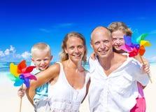 年轻家庭假日夏天休闲概念 免版税图库摄影