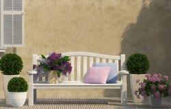 白色长凳和淡紫色花 免版税库存图片