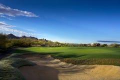 美好的亚利桑那高尔夫球场山背景航路  库存照片