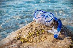 佩戴水肺的潜水和废气管的面具能游泳在海滩 图库摄影