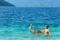 家庭在海(希腊)的暑假 免版税库存图片
