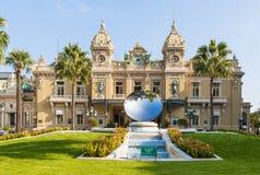 蒙地卡罗赌博娱乐场和天空在摩纳哥反映雕塑 库存图片