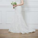 Όμορφη γαμήλια ανθοδέσμη στα χέρια Στοκ Εικόνες