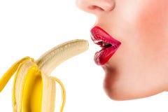 吃香蕉的性感的妇女 免版税库存照片