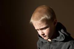 哀伤的翻倒担心的不快乐的小孩(男孩) 免版税库存照片