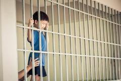 Στάση παιδιών στο πίσω μέρος των σιδεροβέργων Στοκ Εικόνες