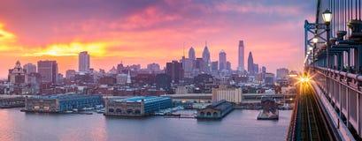 在朦胧的紫色日落下的费城全景 免版税图库摄影