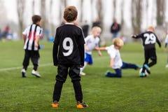 在男孩足球比赛期间的行动 免版税库存照片