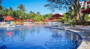 早晨游泳池边在萨尔瓦多 库存图片