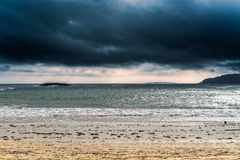 在海滩的沉思的风暴 免版税库存图片