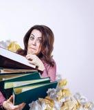 有文件夹的疯狂的面对的老师在手上 免版税库存图片