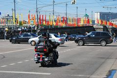 Κέντρο πόλεων της Μόσχας που διακοσμείται από τις σημαίες χρώματος περιστασιακά της ημέρας νίκης Στοκ εικόνες με δικαίωμα ελεύθερης χρήσης