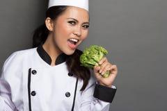相当使用用硬花甘蓝的女性厨师 免版税库存照片