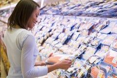 采购的装箱三文鱼妇女 免版税图库摄影