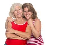 Ενήλικη ισπανική γυναίκα που αγκαλιάζει την παλαιότερη μητέρα της Στοκ Εικόνες