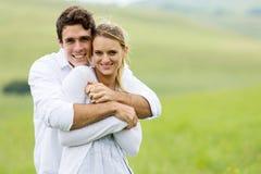 年轻夫妇草原 免版税库存图片