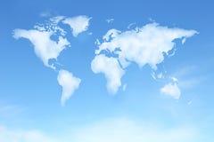 与世界地图的清楚的蓝天在云彩形状 库存照片