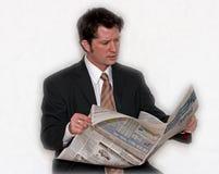 чтение человека бумажное Стоковая Фотография RF
