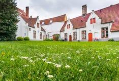 白色中世纪房子在布鲁日 免版税库存图片