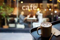 咖啡店的抽象人和在镜子,软的焦点前面的文本咖啡馆 免版税库存图片