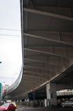 在一座现代金属桥梁下 免版税库存图片